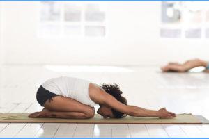 Yin Yoga: 5 wohltuende & entspannende Übungen mit Kissen und Bolster